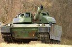 Un char Leclerc marque un temps d'arrêt lors de sa progression.