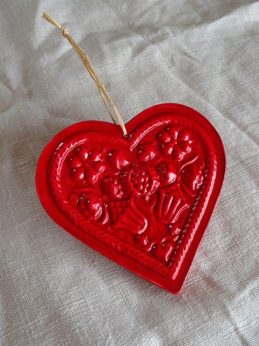 Coeur rouge brillant avec fleurs et couronne en pl tre for Coeur couronne et miroir apollinaire