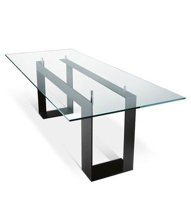 Il piano in vetro poggia su 4 supporti che lo sollevano dalla struttura in metallo verniciato o cromato