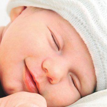 La rutina del sueño del bebé  Antes de llevar al bebé a su cuna, te sugiero una rutina que para mí fue infalible:  1. Bañar al bebé siempre a la misma hora.  2. Dar un pequeño masaje con la crema hidratante, si posible con un masaje relajante.  3. Vestir al bebé con su pijama, a la vez que puedes hablarle en voz baja.  4. Ofrecer el pecho o el biberón, o papilla o puré, dependiendo de la edad que tenga el bebé, haciendo una caricia en su mejilla.  5. Poner al bebé para eructar, son unos…