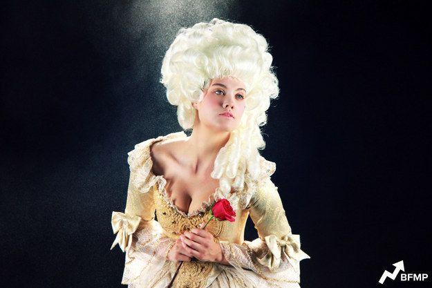 Bela, A Bela e a Fera – por volta de 1700, França Ok, o vestido talvez não fosse tão diferente assim, mas o seus cabelos... Pense em Maria Antonieta, que vivia no mesmo período. Agora parte da aristocracia, Bela frequentaria a corte real, formada por mulheres que usavam vestidos decotados e extravagantes, com espartilhos apertados, que valorizavam os quadris. E os cabelos? Armados em penteados altíssimos, no melhor estilo bolo de noiva do século XVIII – muitas vezes, claro, eram perucas...