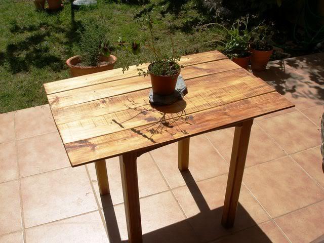 una mesa con tablas recicladas