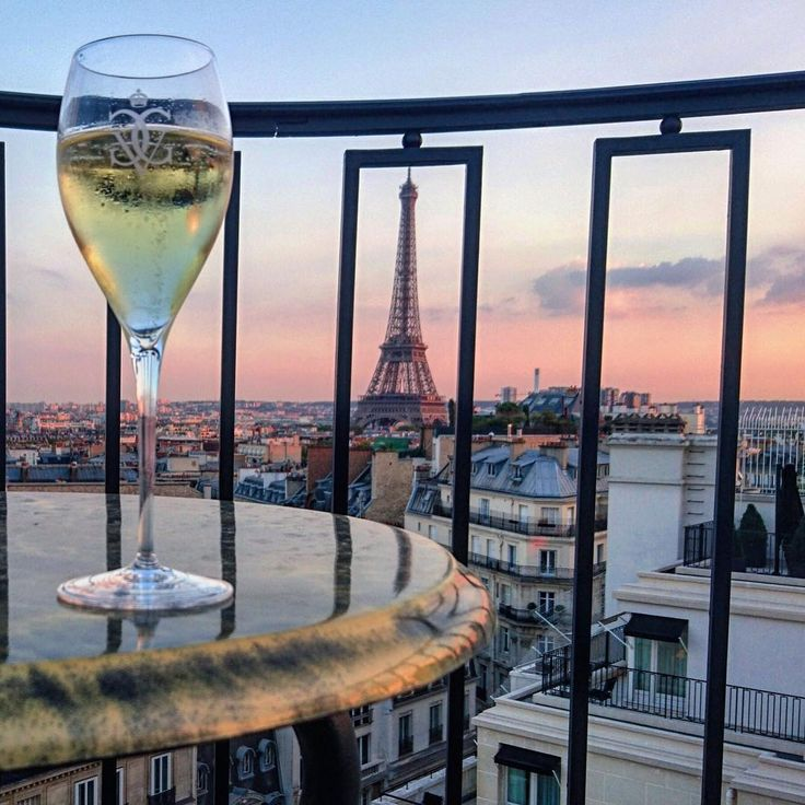 Nothing better than #champagne and a view for saturday night, #cheers !   #fsparis #georgeV #eiffeltower #sunset #pinksky #luxury #parisjetaime  @ 1993paris
