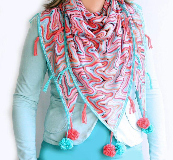 Maak zelf zo'n kleurige sjaal voor het voorjaar afgewerkt met vrolijke kwastjes en pompons. Kijk voor de gratis werkbechrijving op CraftKitchen.nl.