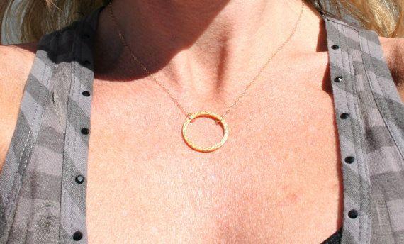 Martellato cerchio collana oro martellato di uniquelyyoubydesign
