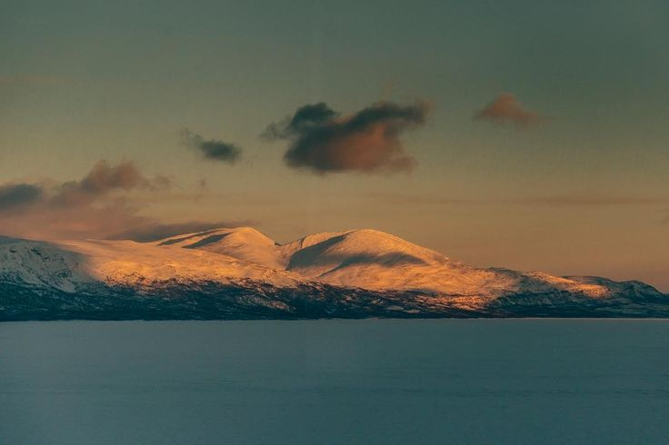 glowing mountains on the way to Narvik ____________________ #dekography #dreamworldimages #exploretocreate #igtravel #landscapehunter #ourplanetdaily #eos6d #travelblogger #travel #fiftyshades_of_nature #instapassport #passionpassport #wondermore #adventureanywhere #mindthemountains #explorewildly #ig_thisworld #canon #modernwild #earthvisuals #iamtb #diewocheaufinstagram #explorewithfriends #wekeepmoments #landscape #glowing #mountains #ice #winter #sunset @moodygrams @agameoftones…
