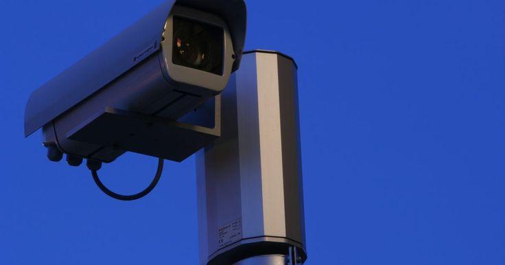 Como conectar um vídeo cassete a uma câmera de segurança. Com as taxas de crime crescendo ao redor do mundo, é importante ter um sistema de segurança adequado para proteger sua casa ou empresa. Embora seja preciso um sistema de alarme de qualidade seja para portas ou janelas, também é importante ter uma câmera de segurança instalada e funcionando propriamente. Há três componentes necessários no processo: ...