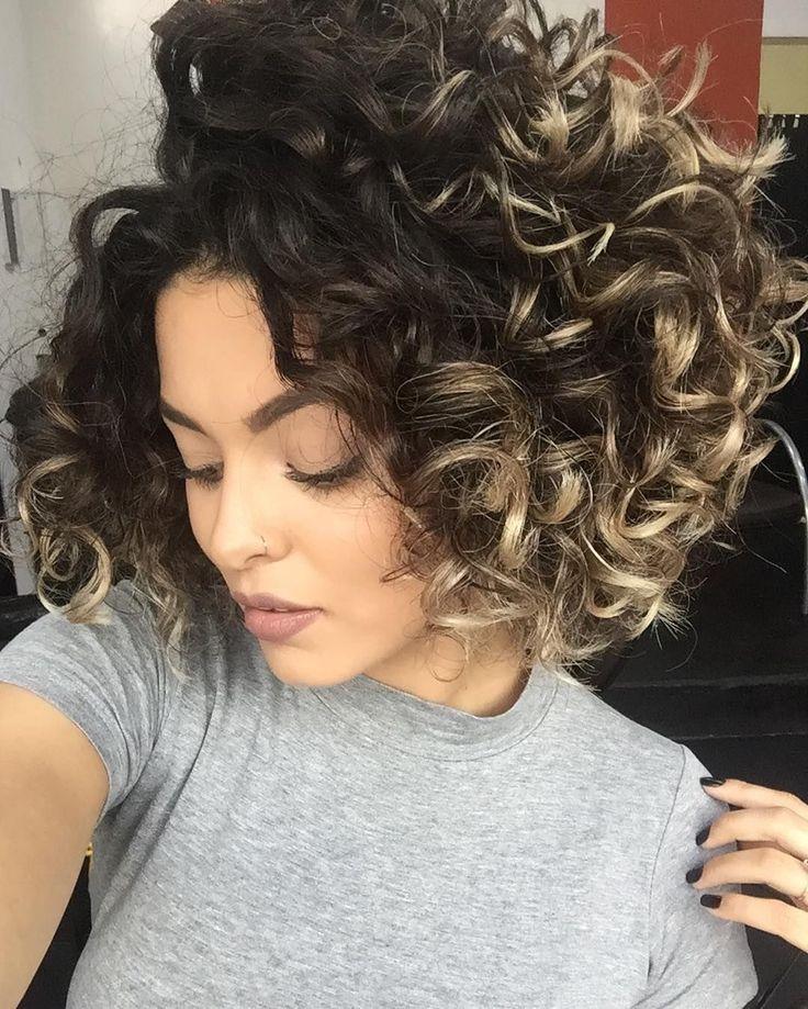 """Chefe é chefe né páe?! @jpfreitas06 muito obrigada mais uma vez por cuidar do meu cabelo como só você sabe! NINGUÉM toca nesse cabelo a não ser você  o corte é o """"O 1.35"""" que me deu muita leveza volume e definição e fiz uma reposição hídrica para devolver líquido pros meus fios que estavam JUDIADOS né?! Haha  agora é só deixar crescer saudável e lindo; @oasys.studio.hair obrigada pelo profissionalismo e recepção de sempre semana que vem tô de volta."""