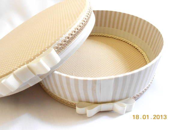 Caixa redonda forrada em tecido Tamanho M Consulte preço com nome bordado na tampa R$ 47,25