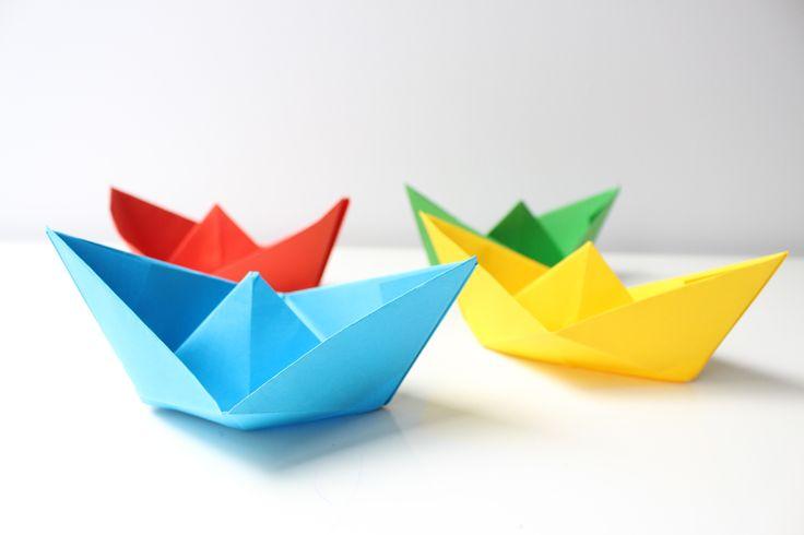 Kleine Papier-Schiffe falten - wie ging das noch mal? Wir zeigen es Ihnen ausführlich Schritt für Schritt . Mit Video. © vision net ag