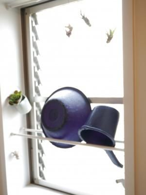 浴室の窓枠に突っ張り棒を2本取り付けるだけでOK!洗面器や子どものお風呂用おもちゃを置くことができます。床置きしないから洗面用具の底のヌメリも気になりません♪お掃除もラクチンになるアイデアですね。