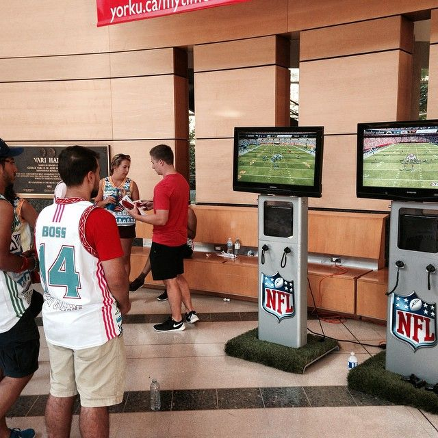 The NFL is on campus! Check them out at Vari Hall to win great prizes and try your hand at Madden '15. Stayed tuned for the scavenger hunt! #nfloncampus #yorku #froshweek #yorklions #yorkuniversity