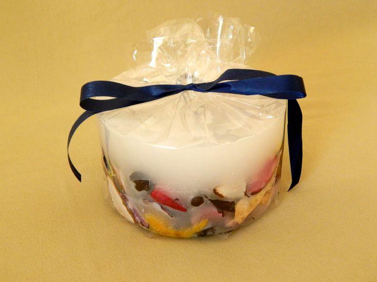 Λευκό χειροποίητο αρωματικό κερί με αποξηραμένα λουλούδια και άρωμα βιολέτας. Χαμηλό μεγάλο στρογγυλό μέγεθος. White handmade aromatic candle with flowers and violet aroma. www.kirofos.gr