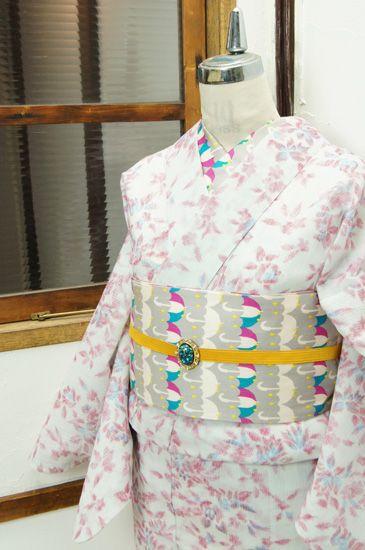 赤と青でデザインされた刺繍ような草花装飾模様が愛らしい縮風の夏着物です。 #kimono