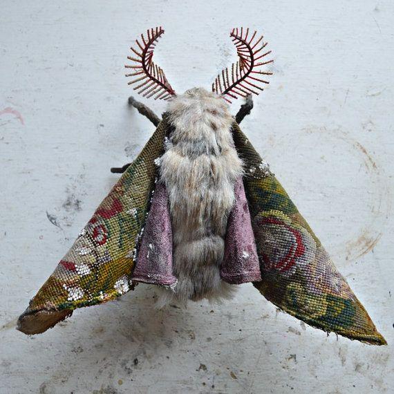 Grand papillon de nuit soft sculpture. Art textile. par MisterFinch
