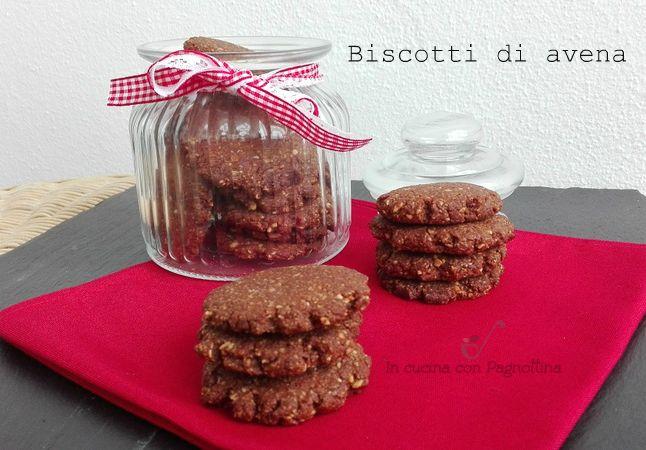 Biscotti di avena, ricetta vegana di biscotti a base di fiocchi d'avena e cacao amaro vegani e davvero buoni, perfetti per la colazione o la merenda.