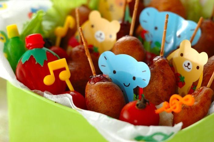 ホットケーキミックスで作る簡単アメリカンドッグ。パーティーにお誕生会に、お弁当に子どもが大好きな大活躍メニューです。