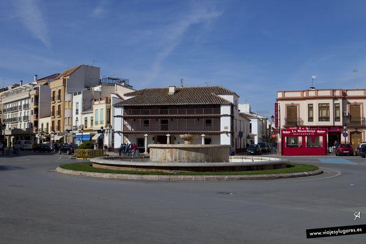 En Tomelloso se puede ver el Museo del Carro en las afueras de la ciudad. También hay cerca de 4.000 cuevas horadadas que servían para guardar el vino.