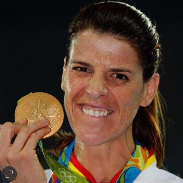 En pie ante Ruth Beitia. Campeona olímpica de salto de altura.  Foto: Rafa Gómez (Runner's World)  #ruthbeitia #rio2016
