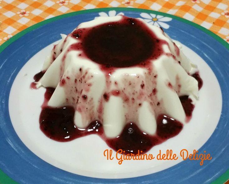 La panna cotta è un ottimo dessert, delicato fine piace a tutti, assomiglia a un budino ma budino non è, può essere arricchito da frutta o caramello
