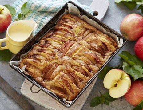 Saftig og myk langpannekake med epler som har en pikant smak av sitron. Server eplekaken til kaffen eller som dessert f.eks. med lettpisket krem til.