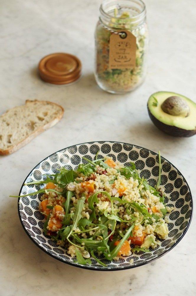 voici une recette super équilibrée et light pour un déjeuner healthy, une salade de quinoa, patate douce, avocat, abricots secs et roquette.