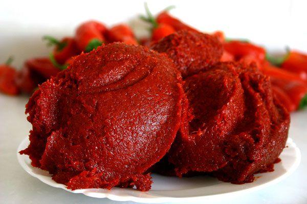 Malzeme : 8 kg salçalık kırmızıbiber 2 kg acı salçalık kırmızıbiber 3 yemek kaşığı tuz 1/3 çay bardağı zeytinyağı Yapılışı: - Tatlı ve acı biberleri iyice yıkadıktan sonra çekirdeklerini ayıklayın....