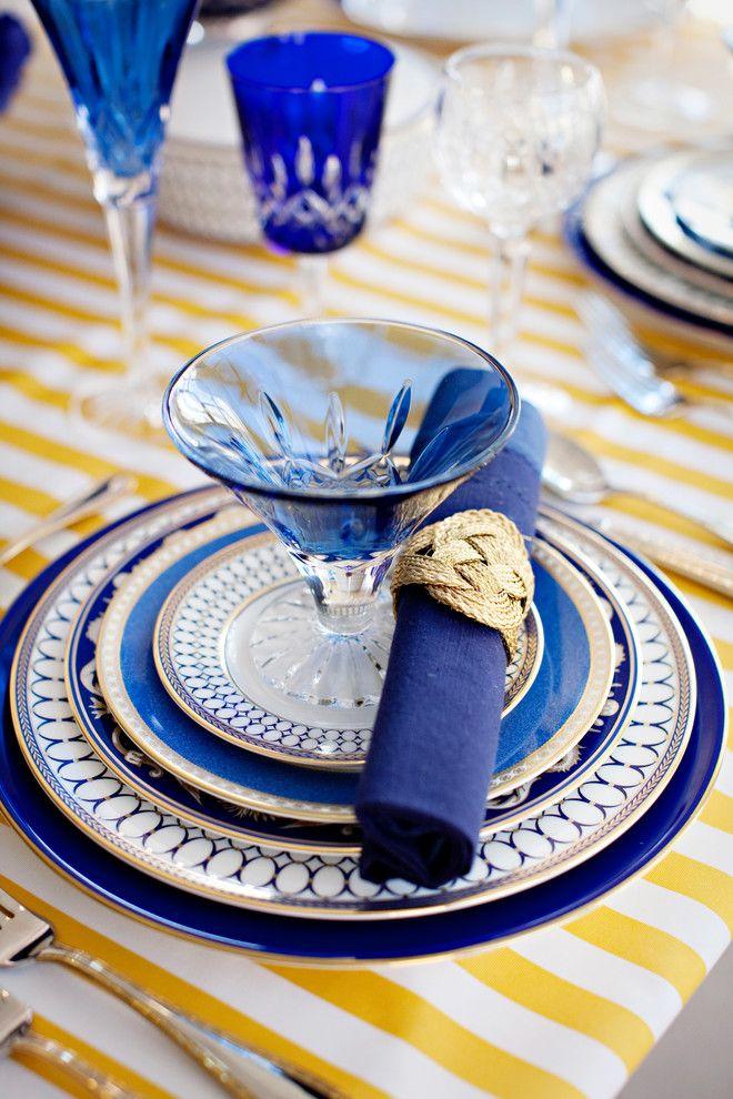 Синие тарелки с узорами на столе