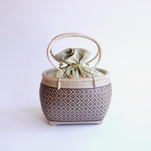 【旅茶籠】タイ王室御用達 プラニー工房作 手付巾着籠花菱柄 ブラウン | タイ工藝ムラカ