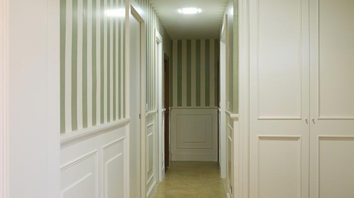 Pasillo zocalo blanco rayas beige y marr n pasillos for Papel para pasillos