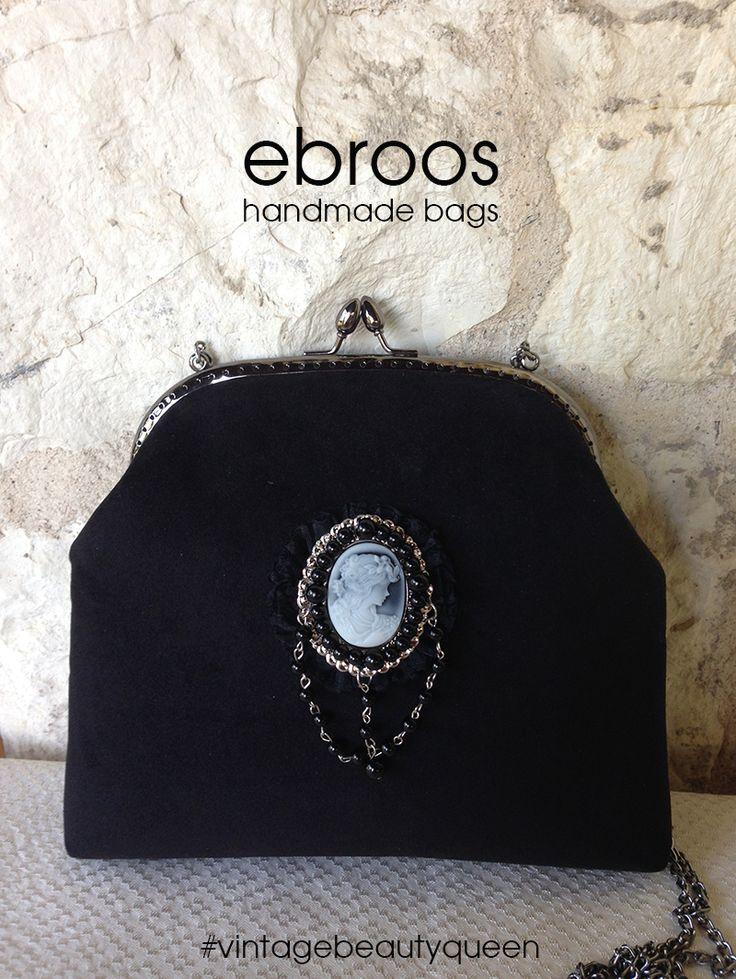 Siyah kadife #vintage #beautyqueen şık Ebroos çanta. Koyu renk metal klipsli çantanın içi astarlıdır.  20x25 cm. #çanta #vintage #elyapımı #elişçiliği #taşişlemeli #tek #özeltasarım #özel #orijinal #oneofakind #unique #metalklipsliçanta #kadife