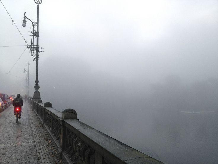 Brzké podzimní ráno na mostě Legií s pohledem na Národní divadlo