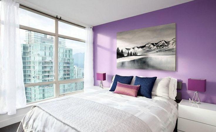 peinture mauve, tableau décoratif, table chevet blanc laqué et lampes de chevet assorties