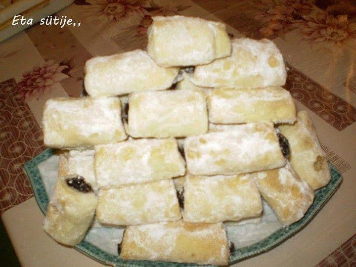 Tészta: 40 dkg liszt 25 dkg ráma 2 dl tejföl csipet só  Töltelék:  bármilyen kemény lekvár  A tésztát összeállítjuk (nem tévedés összesen 3...