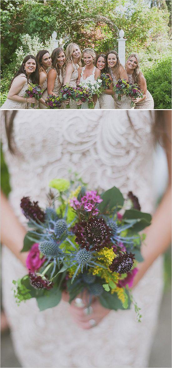 abiti da damigella Lacey con rosa viola e mazzi di fiori gialli