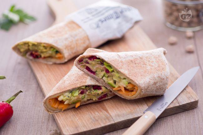 Il wrap con hummus piccante e verdure è uno snack appetitoso, ricco e dal gusto deciso, perfetto per le cene informali tra amici.