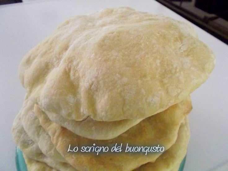 Il pane pita è un pane tipico libanese, durante la cottura si forma una tasca all'interno in modo da poterla farcire a piacimento con formaggi oppure salumi