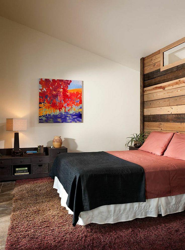 Deko Ideen  Schlafzimmer  warme Farbtöne  schöne Holzwand  wiedergewonnenes Holz  Wandbild  - Lampe