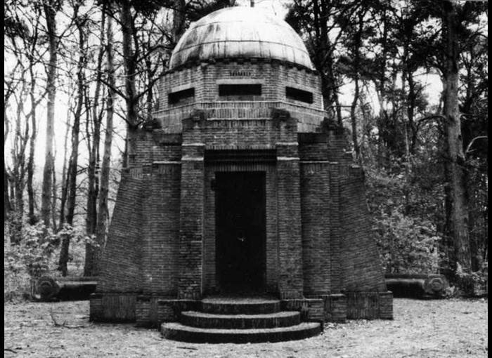 Zilven - Mausoleum → Hier ligt Alletta Jacobs in haar urn (?). De eerste vrouw in Nederland die afstudeerde aan de universiteit (van Groningen natuurlijk). Wel raar dat zo'n vroege feministe een  monument krijgt in de vorm van een penis...