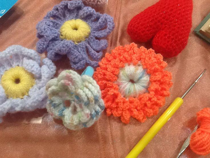 kvety vo vlasoch . flowers in hair . háčkované gumičky do vlasov . crochet  flower elastic hair holder 🌼 for my grandchild  #handmade  #handmadebyme  #crochet  #crochetdaisy  #hacik  #hackovanie  #vlastnymirukami  #gumickadovlasov  #mojimiRukami  už je podarovaný... #darcek