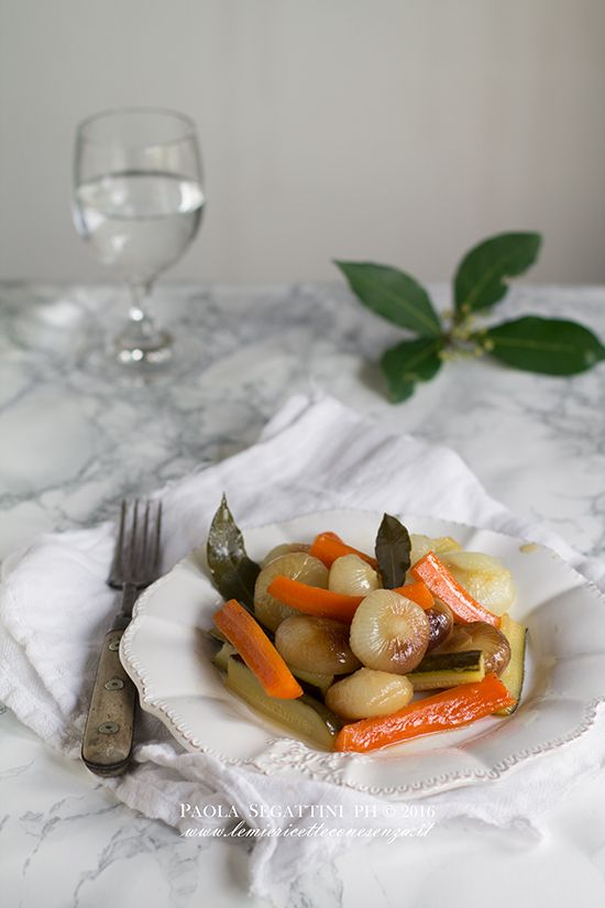 Verdure in agrodolce in padella da mangiare subito, cipolline in agrodolce, contorno saporito per accompagnare piatti di carne