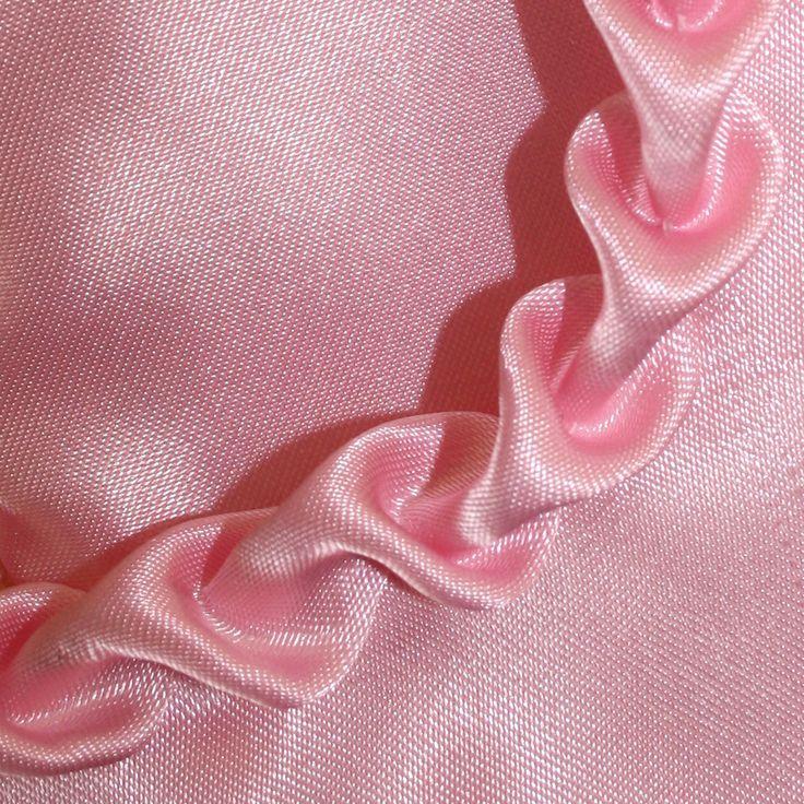 Heute will ich micheinersehr alten Nähtechnik widmen. Vielleicht erinnert Ihr Euchnoch, dass ich diese Verzierung in einem meiner früheren Beiträge für das Dornröschen-Kostüm meiner Tochter verwendet habe?  Die Herzrüsche ist seit jeher ein beliebtes Element zur Ausschmückung von Ausschnitten und Oberteilen bayrischer Tracht. Meine Oma hat unsere Dirndl-Kleider liebevoll mit dieser alten  ...