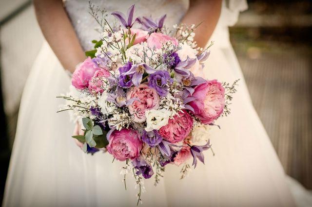 """#bruidsboeket #bloemen #roze #paars #bruiloft #trouwen #trouwdag #huwelijk #inspiratie #idee #real #wedding #bouquet #purple #pink #inspiration Trouwen in Kasteel Daelenbroeck   Photography"""" Eppel Fotografie   ThePerfectWedding.nl"""