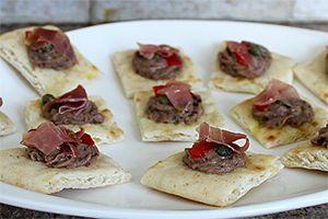 Una alternativa para el Hummus tradicional ... Receta de Hummus de Frijoles Negros, Prosciutto, Pimientos y Alcaparras - encuentrala en Buenapetitopr.com