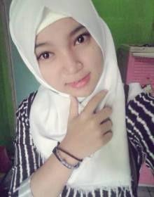 Yang cewek cantik selfie pakai jilbab putih.