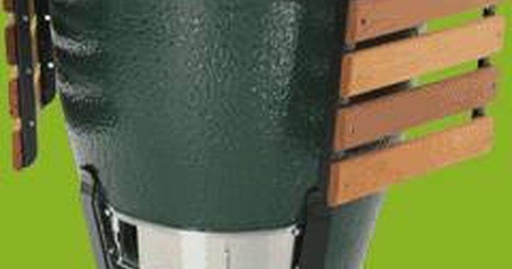 """Cómo utilizar un ahumador """"Gran Huevo Verde"""". Gracias a su construcción de cerámica de edad y su diseño a prueba de tiempo, el ahumador y parrilla """"Gran Huevo Verde"""" puede asar, cocer o ahumar alimentos con un control de temperatura preciso. El Gran Huevo Verde utiliza carbón en trozos en lugar de briquetas de carbón para un fuego de larga duración con muy poca producción de cenizas. El ..."""