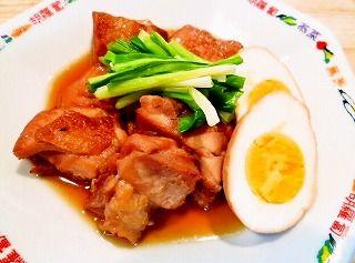 鶏の角煮の作り方 豚バラ肉の代わりに鶏のモモ肉を使って角煮を圧力鍋で作りました。豚の角煮にも負けない美味しさにびっくりしました。晩御飯やお弁当のおかず、御節料理など、幅広く利用できる料理レシピです。 (フィスラーロイヤル3.5リットル 1.8気圧=110kpa使用) 材料(4人分)  鶏モモ肉…2枚、卵…4個、生姜…1片 A(水…100cc、酒…50cc、醤油…50cc、みりん…50cc、砂糖…大匙2) 圧力鍋 スロークッカー 材料少なめ