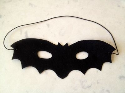 Here's how to make possibly one of the easiest homemade Halloween costumes – a felt bat mask which required no sewing. The felt is nice and soft making it a comfortable costume for younger children. Wear a black T-shirt and …