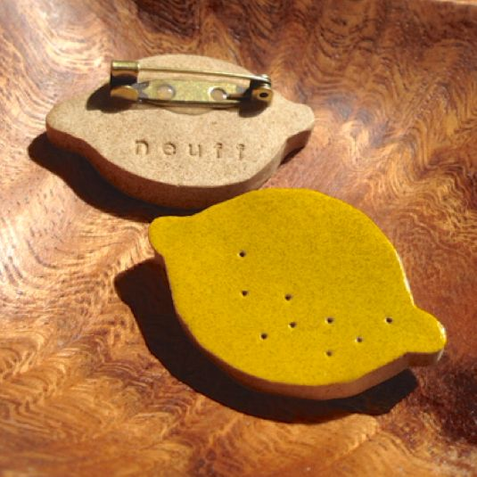 ハンドメイドマーケット minne(ミンネ)| 檸檬の陶器ブローチ