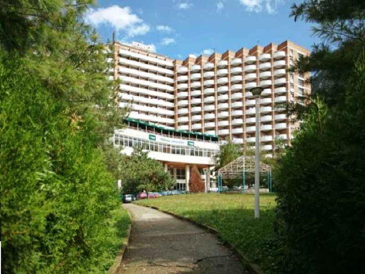 Hotel Dacia Baile Herculane este situat in parcul Vicol, langa Hotel Domogled Baile Herculane si Hotel Diana Baile Herculane si are cea mai mare capacitate de cazare din statiune, cu 15 etaje + parter, 5 lifturi, cu baza de tratament, cu o capacitate mare de tratament, restaurant si gradina de vara. Hotel Dacia Baile Herculane este un hotel clasificat la doua stele dar are camere si de trei stele.